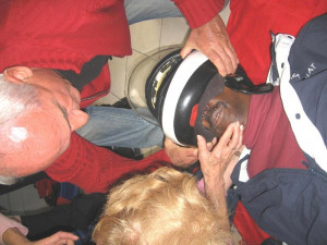 Retrait du Casque de sécurité dun motocycliste en détresse respiratoire